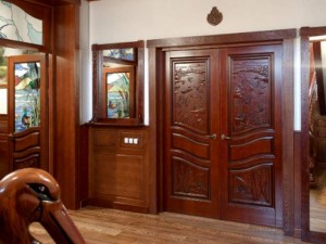 dveri iz naturalnogo massiva dereva